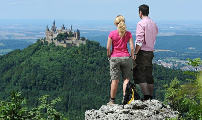 Wandern auf der Schwäbischen Alb: Blick auf den Hohenzollern - Quelle: Traufgang Zollernburg-Panorama