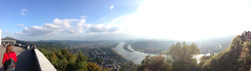 Wanderung von Königswinter auf den Drachenfels: Panorama vom Drachenfels rheinaufwärts