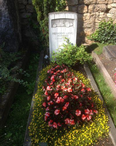 Das Grab von Hermann Lang, dem legendären Fahrer des Silberpfeils. Foto: Rickmer Stohp/Geschichte zu Fuß